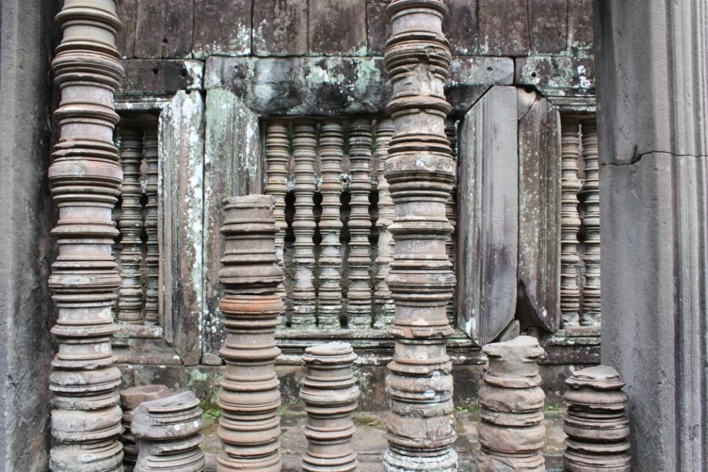 Ta Keo window pillars