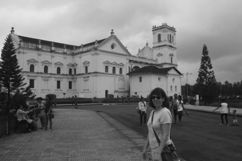 Lilla in front of the Se Cathedral in Old Goa (Velha Goa)